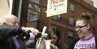 El primer premio reparte alegría allá donde toca. Las celebraciones se suceden en las localidades afortunadas. (Foto: www.huffingtonpost.es)